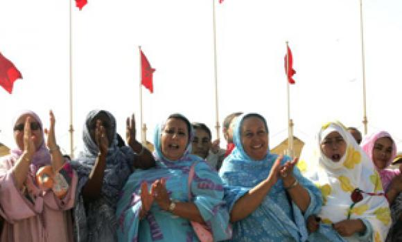 Moroccan Sahrawi women clap their hands to supprt Moroccan authorities against separatists in Western Sahara. (AFP)