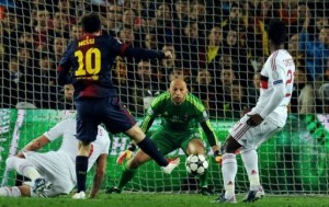 Barcelona's Lionel Messi (L) scores past AC Milan's goalkeeper Chistian Abbiati (C) in Barcelona on March 12, 2013 (AFP, Lluis Gene)
