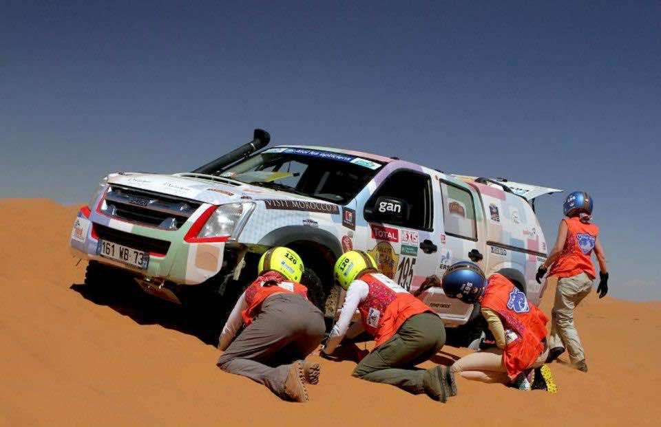 Rally Aicha des Gazelles, Day three. Team 195 stuck near Merzouga (picture by Helene Celemenson for Morocco World News)
