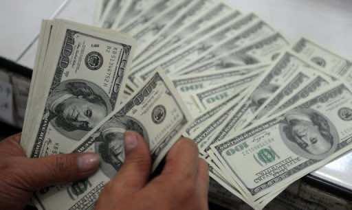An employee at a money changer counts $100 bills on October 25, 2012 (AFP:File, Noel Celis)