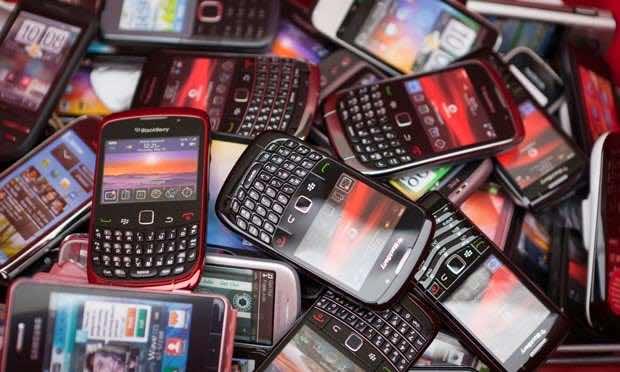 Pile-of-smartphones-011