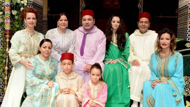Picture showing King Mohammed VI along with his brother Prince Moulay Rachid, his wife Oum Keltoum Boufares and the rest of the Royal family