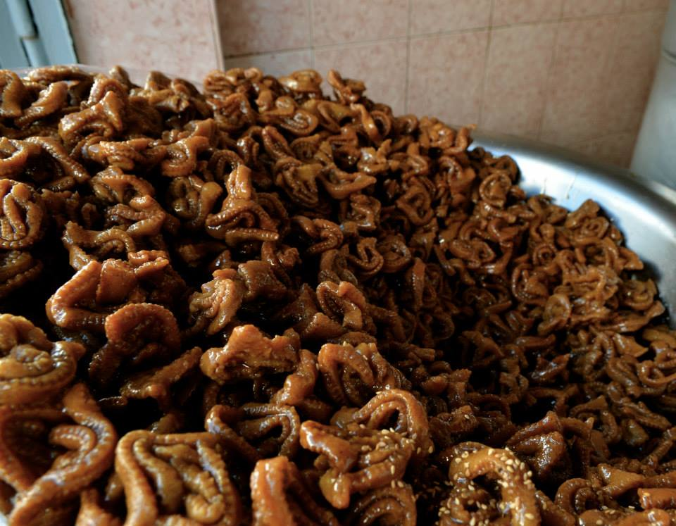 Is the most popular moroccan cookie with the shape of a flower, fried, coated with honey, that has a sweet and crunchy taste.