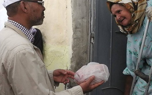 Morocco, Picture of Politicians Giving a Chicken to Indigent Woman Goes Viral