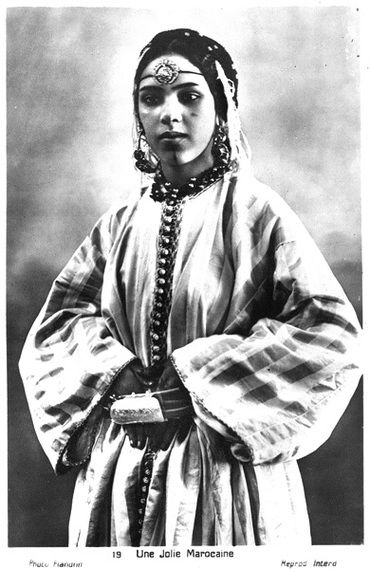 Moroccan woman adorned with jewleries and a Fekroun