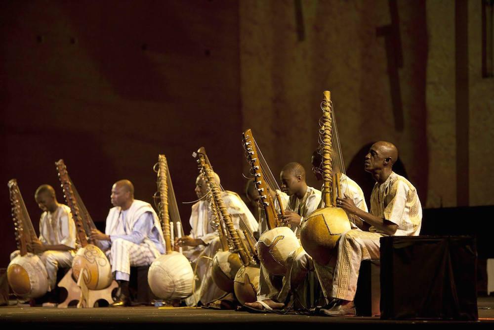 Ballake Sissoko et les koras de Bamako. Photo credit: Omar Chennafi