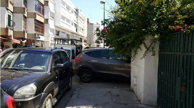 Cars clog the roads and the sidewalks in Hassan, Rabat and pedestrians are unable to go about their business (Photo: M. Chtatou)