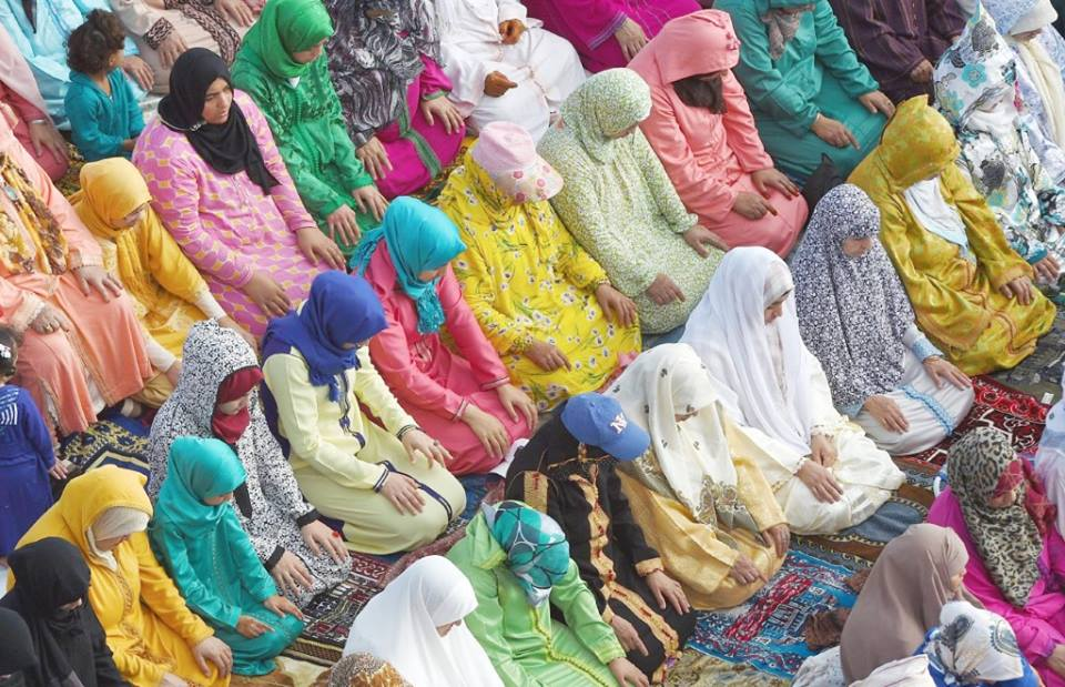 Moroccan women praying
