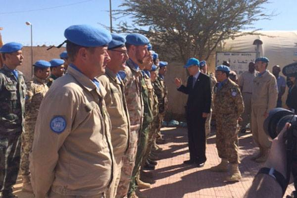 UN Secretary-General Ban Ki-moon visits MINURSO peacekeepers during his trip to the Western Sahara region. 5 March, 2016. Photo: UN/spokesperson.