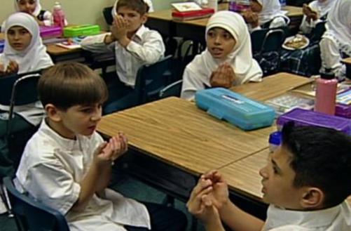 COMPROMIS QUIERE ELIMINAR LA RELIGION CRISTIANA EN LOS COLEGIOS MIENTRAS DARA EL ISLAM
