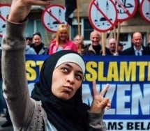 Moroccan Woman Poses in Selfies with Protesting Anti-Islam Group