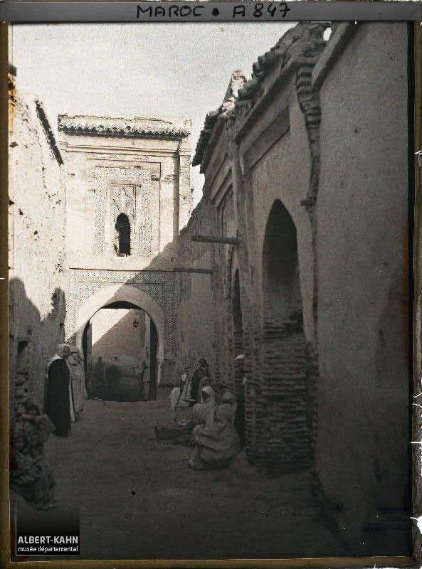 Une porte monumentale dans Fès el Bali, Fès, Maroc, janvier 1913, (Autochrome, 12 x 9 cm), Stéphane Passet, Département des Hauts-de-Seine, musée Albert-Kahn, Archives de la Planète, A 847