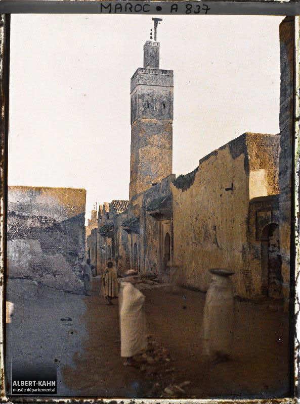 Une rue et une mosquée dans le quartier des jardins clos de Lalla Mina, Fès, Maroc, janvier 1913, (Autochrome, 12 x 9 cm), Stéphane Passet, Département des Hauts-de-Seine, musée Albert-Kahn, Archives de la Planète, A 837