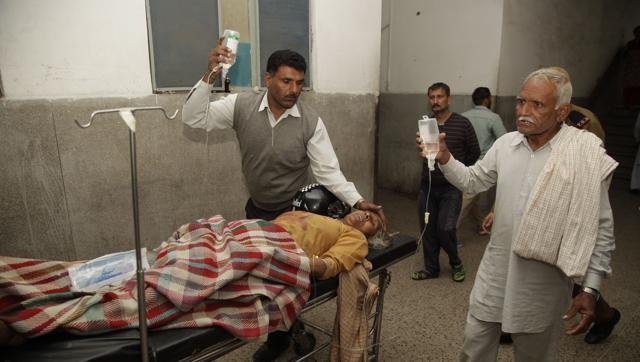 An Indian villager, allegedly injured from exploding shells fired by Pakistan, receives treatment at a hospital in Jammu, India, Nov. 1, 2016. (AP)