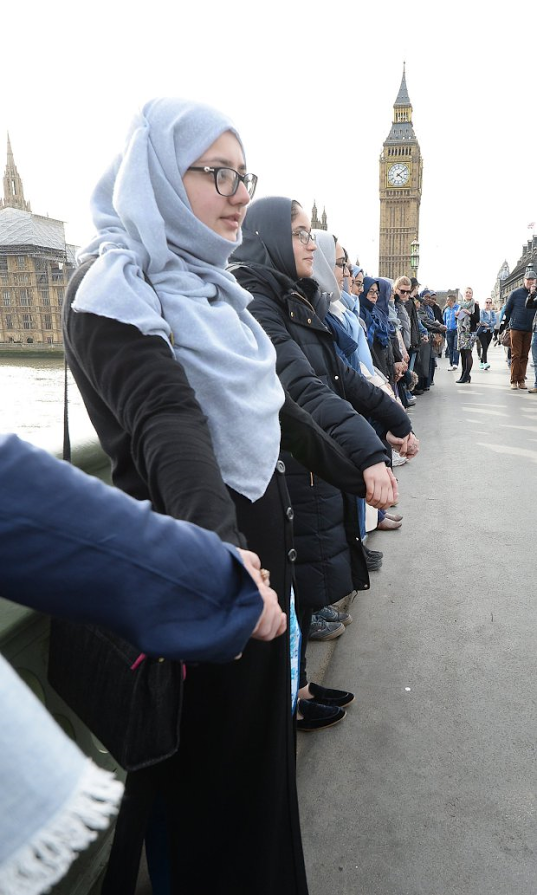 Muslim Women Line Westminster Bridge in Show of Solidarity