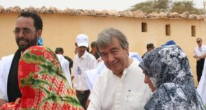 High Commissioner António Guterres meets Saharawi women on his way to a UNHCR-funded project in Tindouf.
