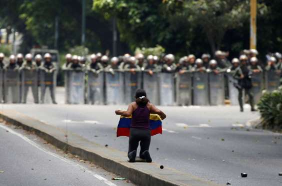 Protesters cross into western Caracas