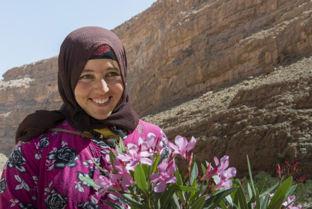 """The """"Anazur Caravane"""" Uncovers the Difficult Reality of Moroccan Nomad Women"""