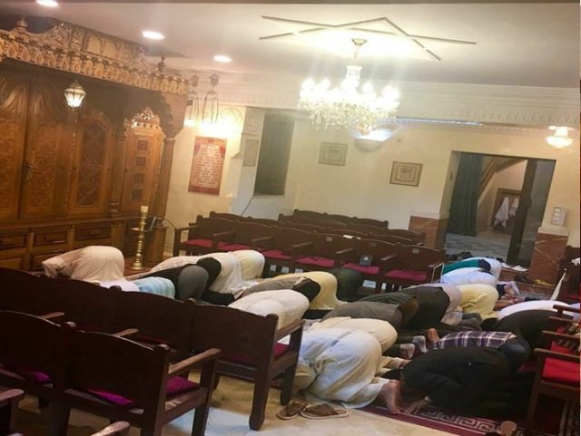 Photo of Moroccan Muslims Praying at Marrakech Synagogue Goes Viral