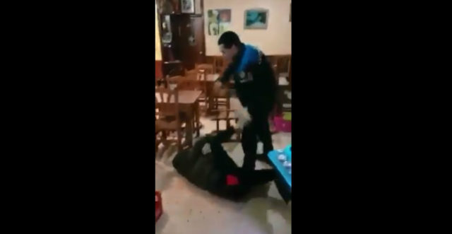 Video: Alleged Moroccan young man violently assaulted by Spanish policeman.