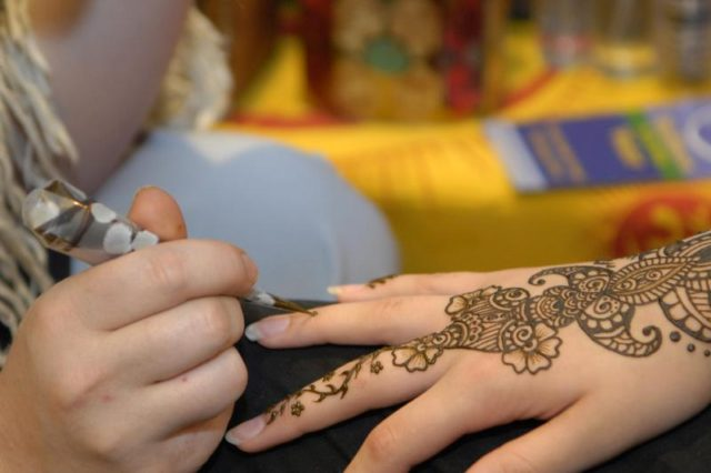 How to Discern Perilous Black Henna from Traditional Natural Henna