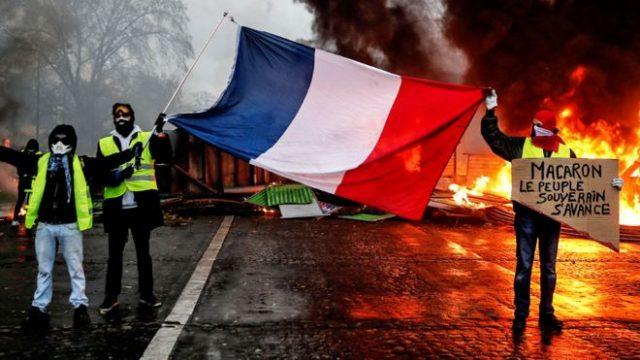 Protesters in France Unwilling to Hang Up Their Yellow Vests