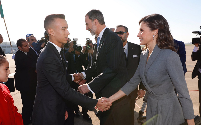 Crown Prince Moulay El Hassan shaking hands with Queen Letizia