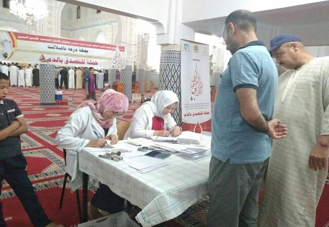 CNTSH staff sign up donors at a mosque in Errachidia. Photo credit: CNTSH