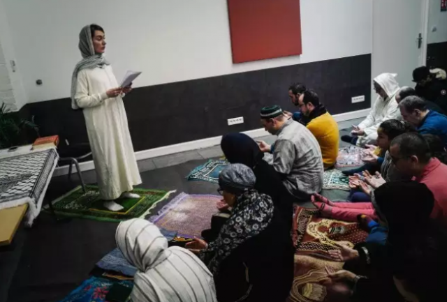 Female 'Imam' Leads Prayer at 1st Mixed Mosque in France