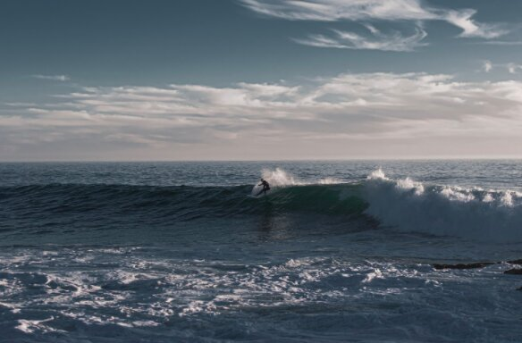 Some surf spots, especially those for beginners, are never as empty as in the picture, so experienced surfers always look for quieter places to catch some waves.