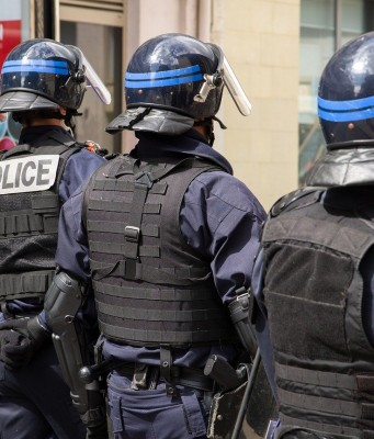 France Arrests Moroccan, Algerian Minors for Robbing Elderly Women